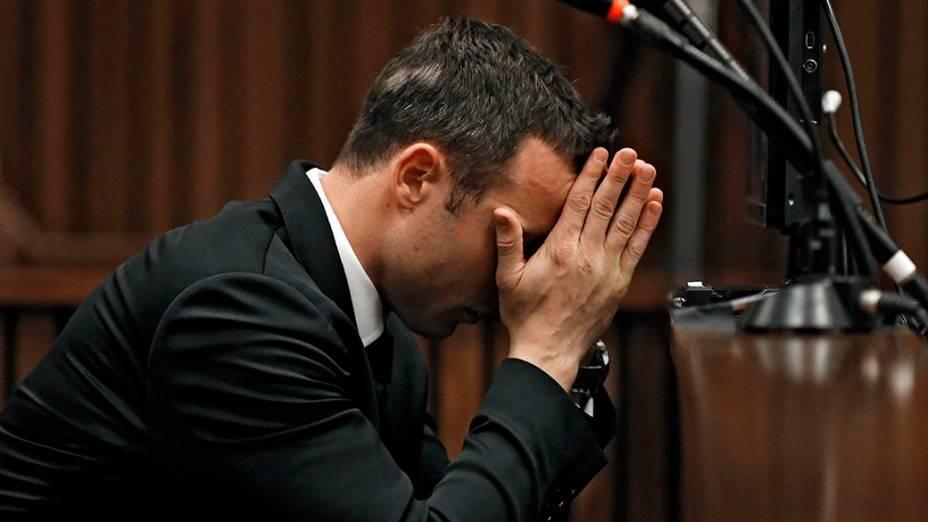 Na África do Sul, Oscar Pistorius durante julgamento do assassinato de sua namorada