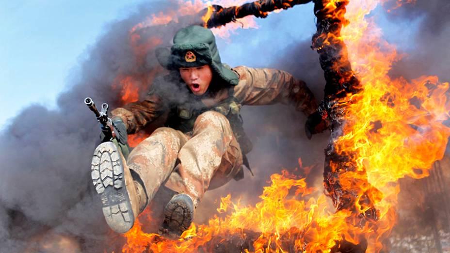 Soldado do Exército Popular de Libertação durante treinamento em Heihe, na China