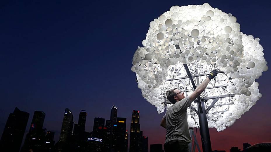 """O canadense Wayne Garrett finaliza a instalação """"NUVEM"""", composta por 5.000 lâmpadas novas e recicladas,em Cingapura"""