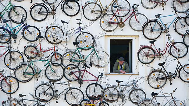 Alemão na sua casa decorada com 210 bicicletas velhas, em Altlandsberg