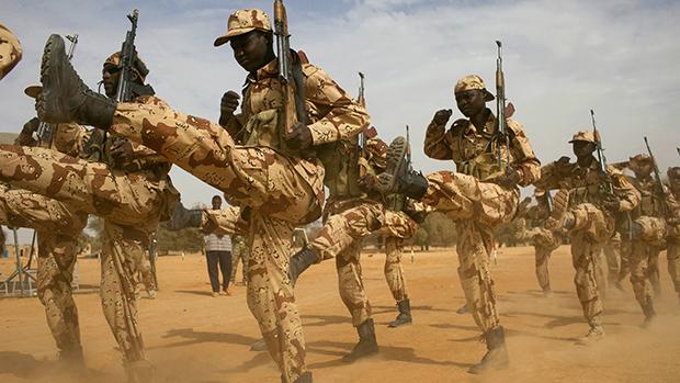 Soldados do Chade durante treinamento internacional coordenado pelos Estados Unidos. O objetivo americano é combater militantes islâmicos na região africana do Sahel
