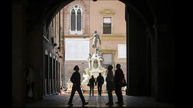 Turistas aproveitaram manhã de primavera no centro histórico da cidade de Bologna, na Itália