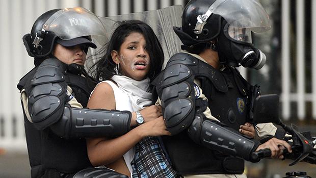Manifestante antigoverno foi presa pela polícia nacional venezuelana após ato no centro de Caracas. A falta de produtos básicos e os altíssimos índices de criminalidade foram uns dos motivos dos protestos