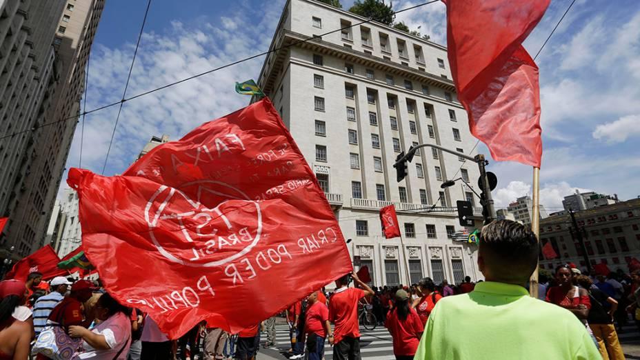 Moradores das ocupações de Vila Nova Palestina, Faixa de Gaza, Estaiadinha e Capadócia, ligados ao MTST, em manifestação no centro de São Paulo