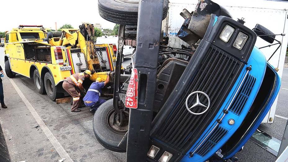 Caminhão tomba e deixa o motorista morto na madrugada desta sexta-feira (4), na pista expressa da Marginal Tietê em São Paulo, na altura da ponte dos Remédios