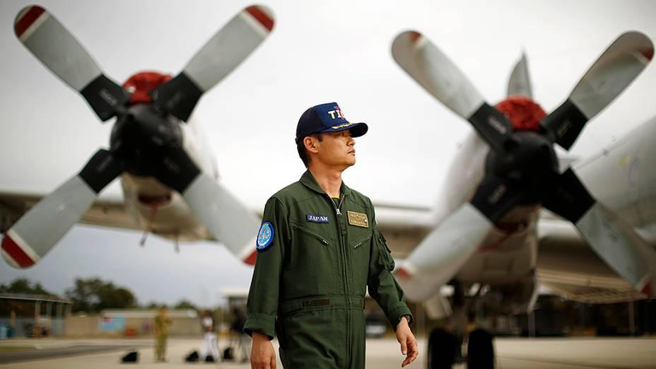 Comandante da Força de Auto-Defesa Marítima do Japão é retratado em frente a um avião P-3C Orion, usado nas buscas da aeronave desaparecida da Malaysia Airlines, na Base de Pearce perto de Perth, na Austrália