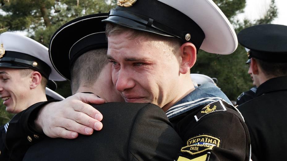 Cadetes ucranianos da Escola Naval Superior se despedem de colegas que decidiram ficar em Sebastopol, na Crimeia