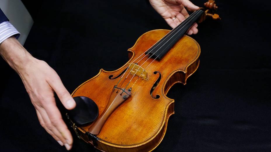 A viola MacDonald, feita pelo famoso artesão italiano Antonio Stradivarius em 1719, é exibida durante prévia do leilão da Sotheby, em Hong Kong, nesta sexta-feira (4)<br>