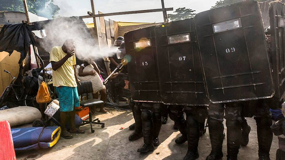 Polícia de choque usa gás de pimenta contra os moradores da favela Telerj durante reintegração de posse no Rio de Janeiro