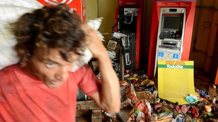 Vários supermercados e lojas de Salvador amanheceram arrombados e tiveram mercadorias roubadas e saqueadas. As ações criminosas ocorreram após o anúncio da greve da Polícia Militar na Bahia