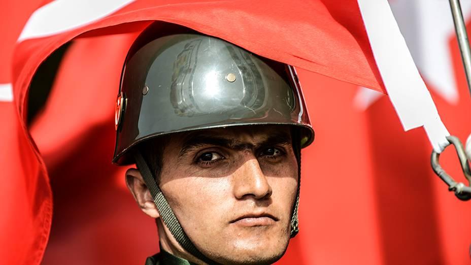 Bandeira turca cobre parcialmente o rosto de um soldado durante cerimônia que celebrao 99º aniversário da batalha de Gallipoli, na Turquia em que milhares de soldados das Forças Armadas da Austrália, Nova Zelândia e do Reino Unido perderam as suas vidas na I Guerra Mundial