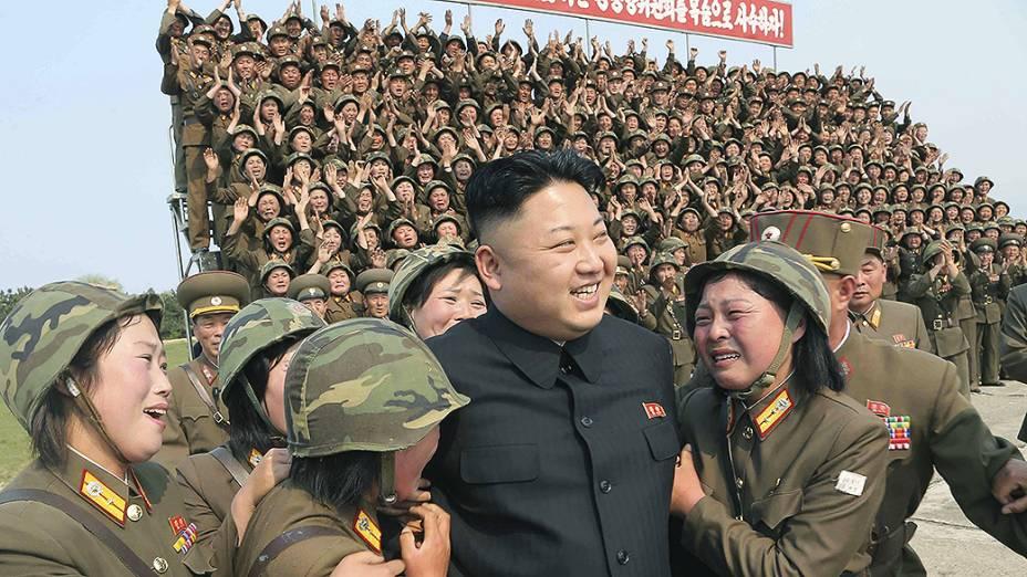 Imagem divulgada pelo jornal do Partido dos Trabalhadores Rodong Sinmun mostra o ditador norte-coreano cercado por soldados do sexo feminino durante manobras militares em Kangwon