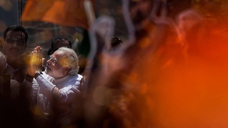 Líder da oposição Narendra Modi saúda eleitores durante desfile em carro aberto em Varanasi, na Índia