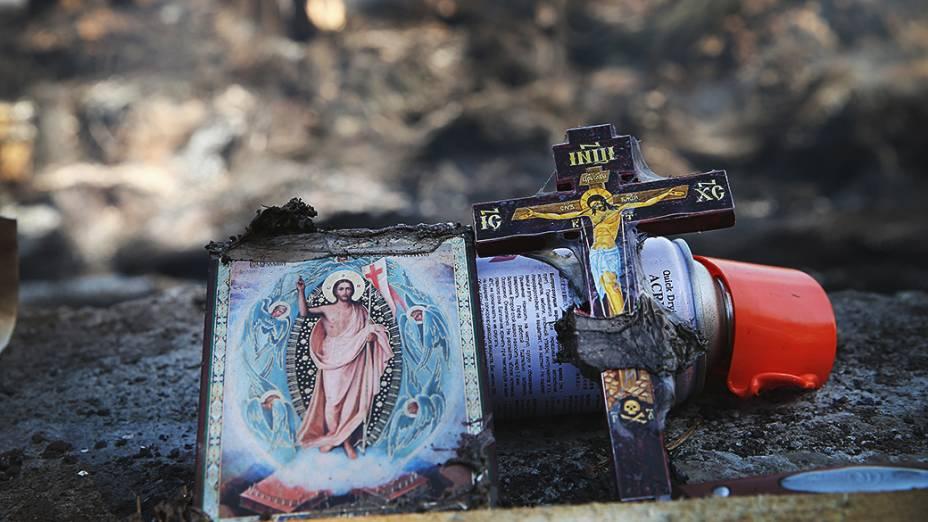 Imagens religiosas retiradas do incêndio de uma barricada de manifestantes pró-Rússia na aldeia de Khrestyshche em Slovyansk, na Ucrânia