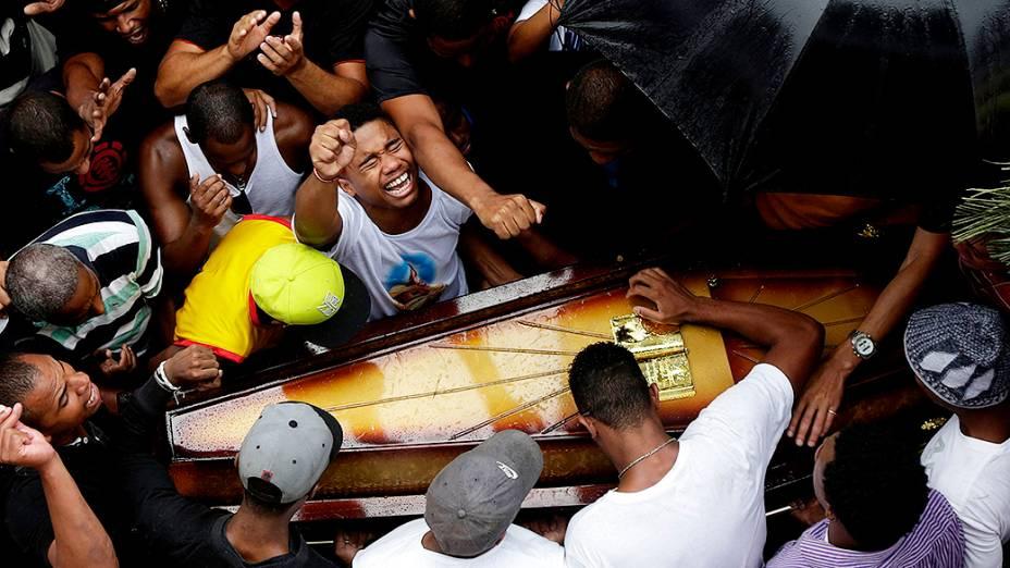 Parentes e amigos de Douglas Rafael da Silva Pereira, 25, choram durante seu enterro. Moradores do Pavão-Pavãozinho acusam policiais da UPP pela morte do dançarino que teve seu corpo encontrado dentro de uma escola da comunidade