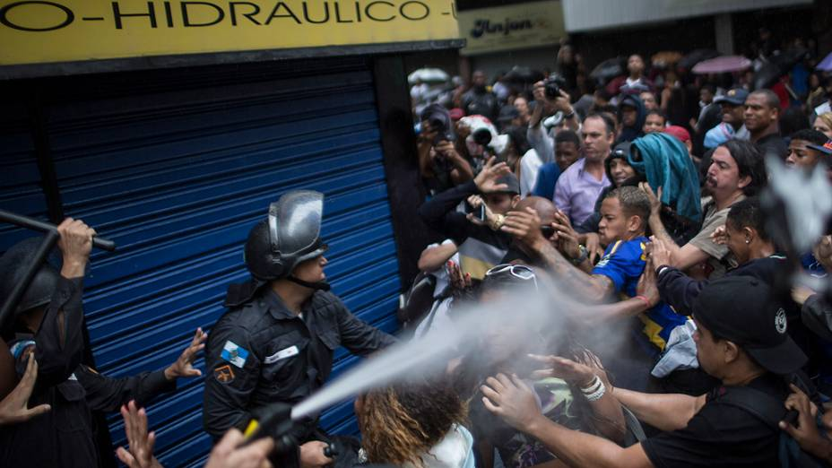 Policial usa spray de pimenta durante protesto de moradores, após enterro do dançarino Douglas Rafael Pereira