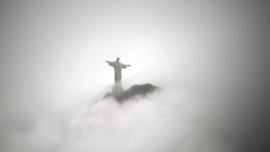 Cristo Redentor, no topo do Monte Corcovado, no Rio de Janeiro, é fotografado rodeado por nuvens nesta quinta-feira (24)