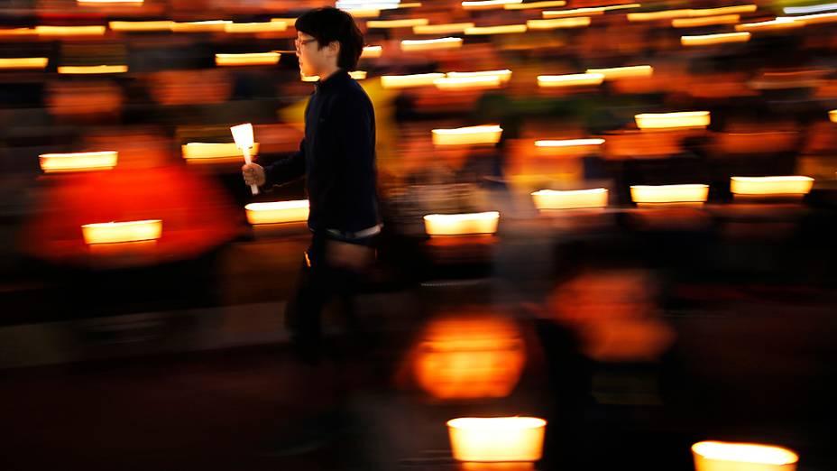 Menino participa de uma vigília à luz de velas em Ansan, para homenagear as vítimas do naufrágio da balsa de passageiros Sewol, na Coreia do Sul
