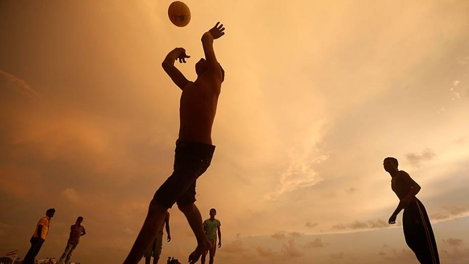 Meninos jogam vôlei na cidade de Colombo, no Sri Lanka