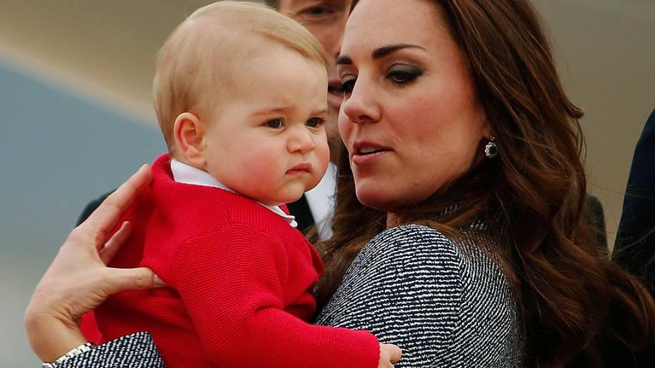 A duquesa de Cambridge, Catherine, e o filho do casal, George, deixam a cidade de Canberra, na Austrália