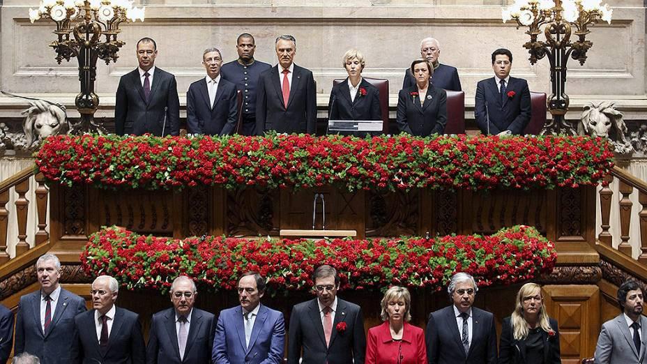 Parlamento português enfeitado com cravos vermelhos, em homenagem aos 40 anos da Revolução dos Cravos, em Lisboa
