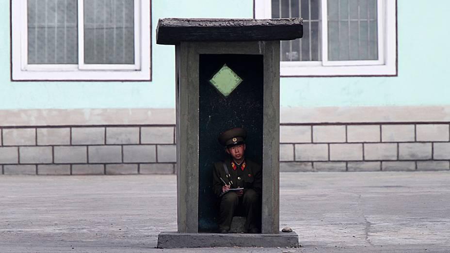 Soldado norte-coreano fica dentro de um posto de sentinela às margens do rio Yalu, perto da cidade de Sinuiju, na fronteira com a China