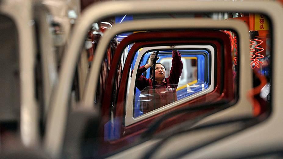 Trabalhadora na linha de produção de uma fábrica de caminhões, em Heifei, província de Anhui, na China