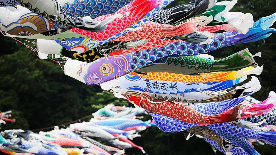 Flâmulas em forma de carpas coloridas tremulam sobre o rio Sagami em Sagamihara, a oeste de Tóquio durante o feriado do Dia das Crianças no Japão