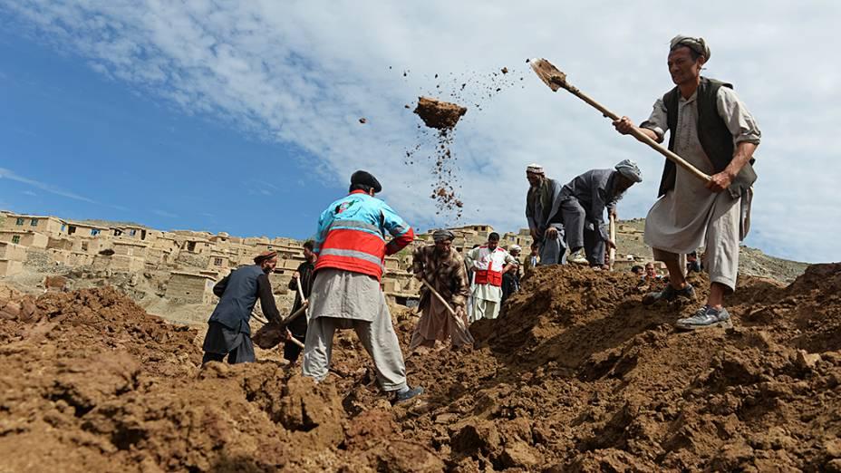 Aldeões buscam por vítimas no local de um deslizamento na província de Badakhshan, no Afeganistão. Equipes de resgate abandonaram a busca por sobreviventes