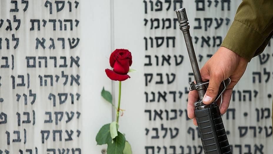 Soldado israelense fica parado em frente a uma placa comemorativa no memorial Armored Corps, durante cerimônia para marcar o Dia da Lembrança em Latrun, perto de Jerusalém. O Dia da Lembrança homenageia soldados e civis israelensesmortos emconflito entre judeus e árabes<br><br>