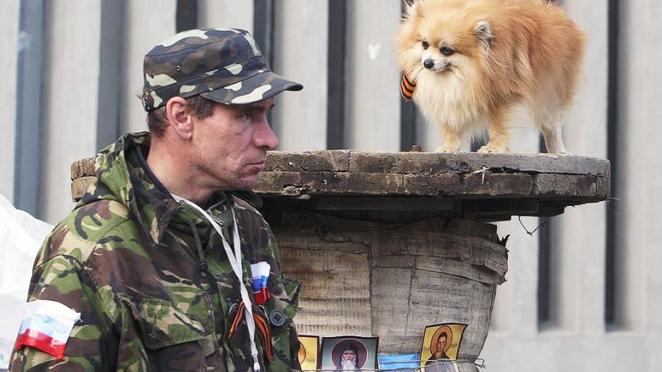 Ativista pró-Rússia fica de guarda em frente a um prédio do governo na cidade de Lugansk, Ucrânia