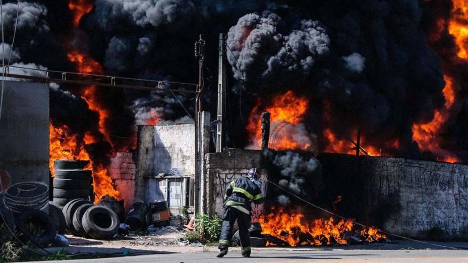 Incêndio atinge fábrica de pneus recauchutados na Avenida Bento Guelfi, na Zona Leste de São Paulo