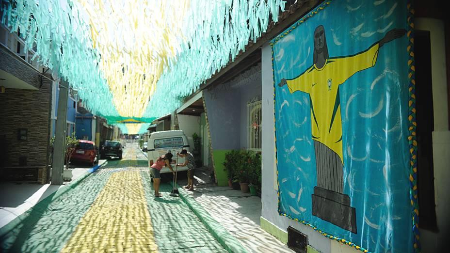 Moradores da Travessa Santa Clara, região central de Niterói, enfeitam rua para Copa do Mundo 2014