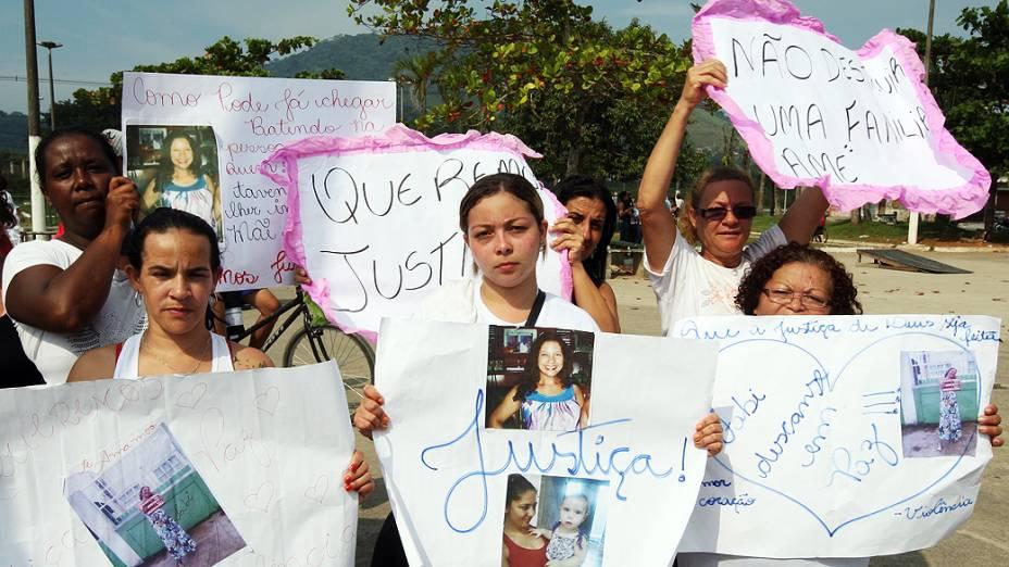 Familiares e amigos de Fabiane Maria de Jesus, que foi vítima de linchamento no Guarujá (litoral de SP), se reúnem na praça Mário Covas para pedir justiça