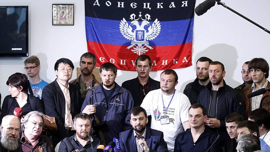 """O chefe do governo provisório da auto-proclamada """"República Popular de Donetsk"""" Denis Pushilin (c), dá uma coletiva de imprensa na sede regional do governo em Donetsk, na Ucrânia"""