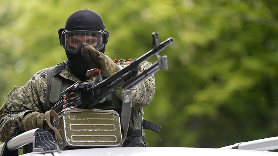 Militante pró-Rússia sobre um carro patrulha, no centro de Slovyansk, leste da Ucrânia