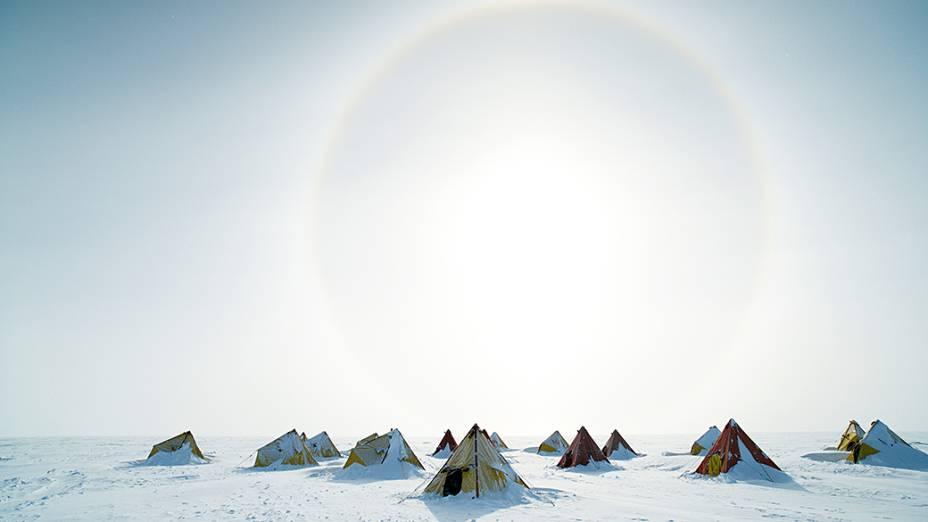 Imagem divulgada pela Divisão Antártica Australiana mostra uma vista exterior dos acampamentos Aurora Basin Science