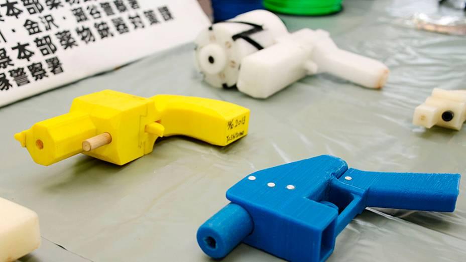 Pistolas de plástico apreendidos que foram criados usando a tecnologia de impressão 3D são exibidos na delegacia de polícia de Kanagawa , em Yokohama, sul de Tóquio