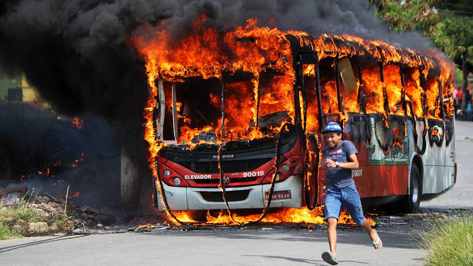 Cerca de 500 pessoas fizeram uma manifestação, na manhã desta quinta-feira (8), na BR-040, em Ribeirão das Neves, na região metropolitana de Belo Horizonte