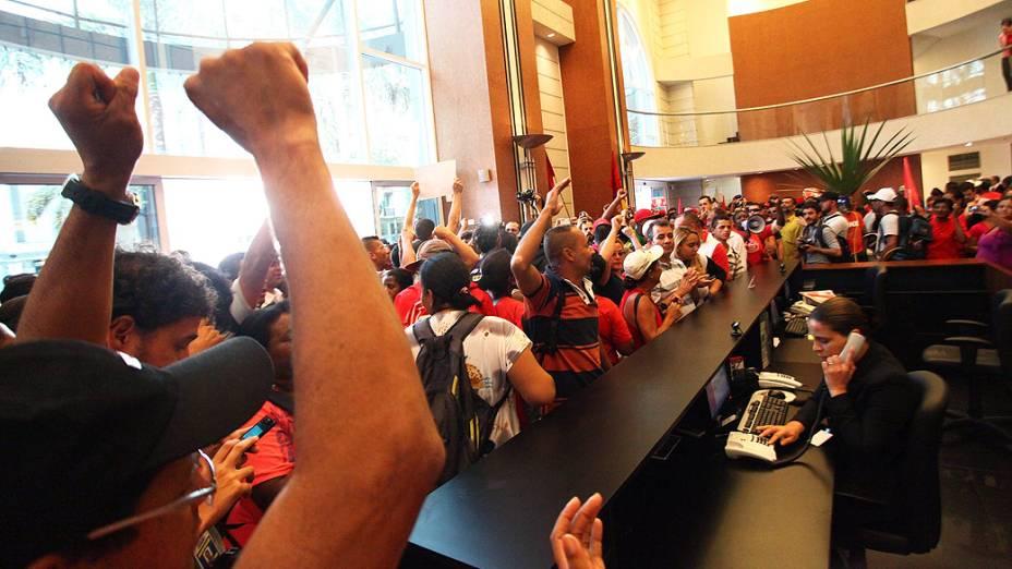 Integrantes do Movimento dos Trabalhadores Sem Teto, da comunidade do Jardim Ângela, na Zona Sul, invadem o prédio onde fica o escritório da Construtora OAS, na Avenida Angélica, em São Paulo (SP), na manhã desta quinta-feira (8)