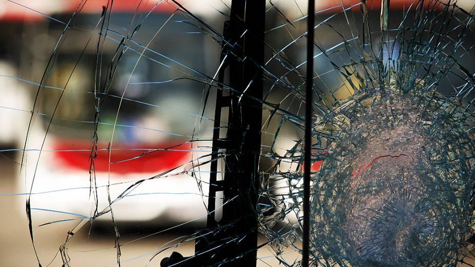 Ônibus depredado na garagem da Jabour, em Campo Grande, zona oeste da cidade. Cerca de 325 de ônibus foram depredados, segundo dados do consorcio Rio Ônibus, que integra as concessionárias do serviço no município do Rio