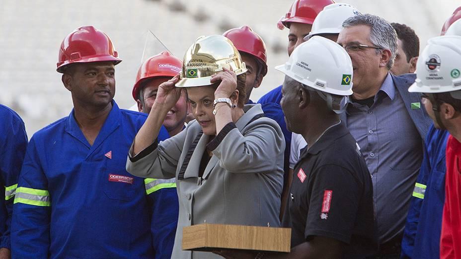 Entre operários, a presidenteDilmaRousseff veste capacete dourado ao visitar a Arena Corinthians, conhecida como Itaquerão, na zona leste de São Paulo. O estádio será palco do jogo de abertura da Copa do Mundo, no dia 12 de junho