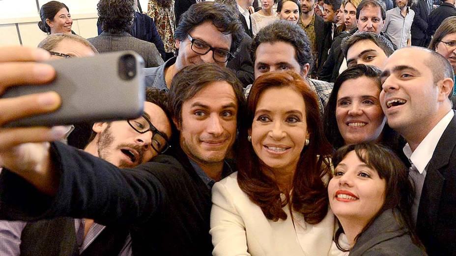 A Presidente da Argentina, Cristina Kirchner, posa para selfie nesta quinta-feira (8) junto com a delegação de atores que vão para o Festival de Cannes