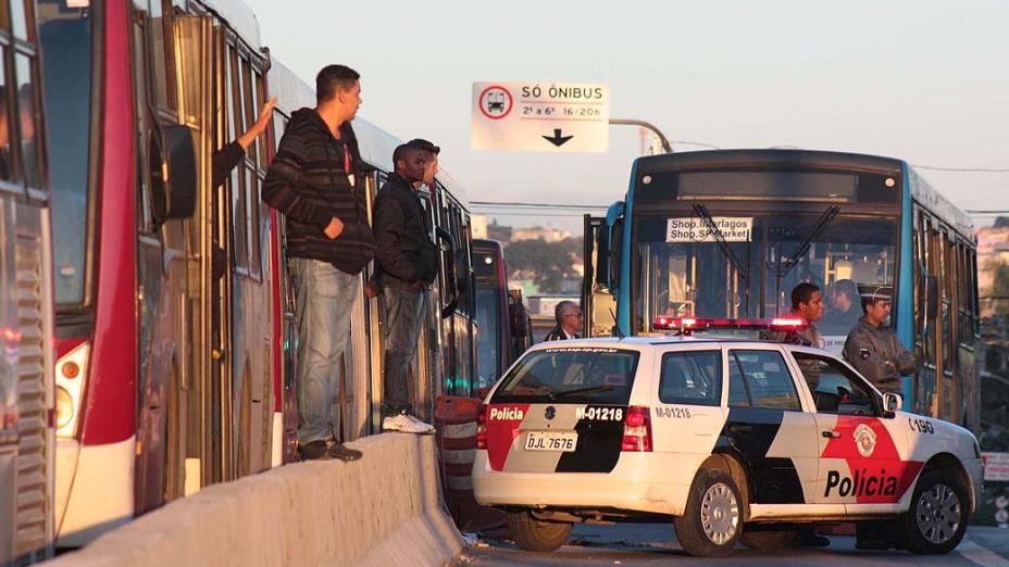 Greve de cobradores e motoristas de ônibus da empresa Vip na manhã de segunda-feira (12), na garagem da Avenida de Pinedo, na zona sul de São Paulo, SP