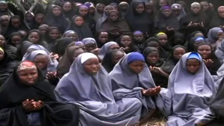 Vídeo divulgado pelo Boko Haram, que sequestrou mais de 200 jovens na Nigéria. As meninas feitas reféns vestem hijabs (trajes tradicionais islâmicos) enquanto conversam em local desconhecido