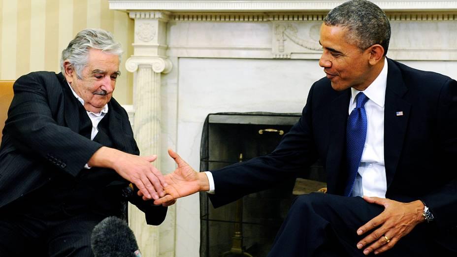 O presidente do Uruguai, José Mujica, cumprimenta o presidente norte-americano Barack Obama, no Salão Oval, em Washington