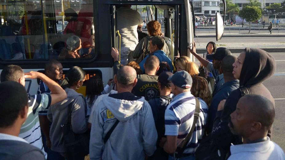 Movimentação na manhã de terça-feira (13), na estação Central do Brasil no Rio de Janeiro, RJ, durante greve de motoristas e cobradores. A categoria reivindica reajuste salarial e melhores condições de trabalho