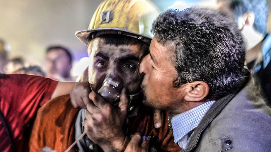 Homem beija seu filho, resgatado depois de uma explosão em uma mina de carvão em Manisa, na Turquia