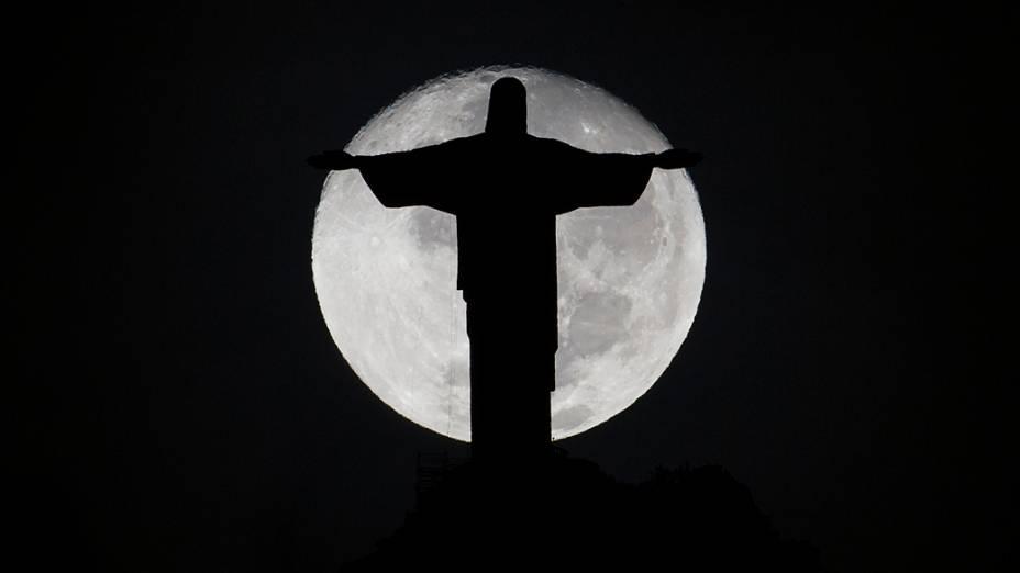 Silhueta da estátua do Cristo Redentor é fotografada na madrugada de terça-feira (13), no Rio de Janeiro