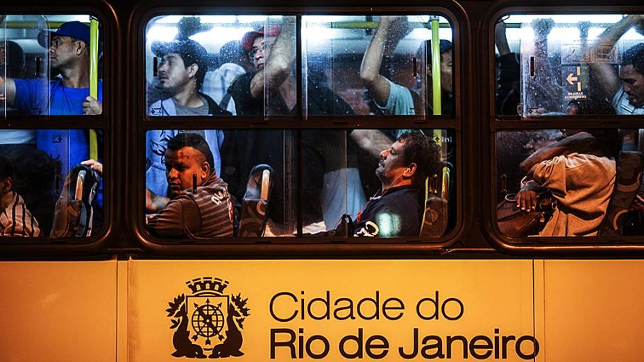 Greve dos motoristas de ônibus na cidade do Rio de Janeiro causou tumulto e superlotação nas poucas linham que circularam na terça-feira (13). Os motoristas pedem, entre outras coisas, melhorias no salário
